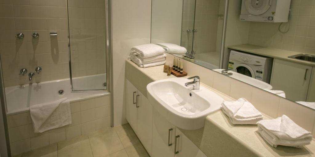 En suite Bathroom: Portsea Village Resort