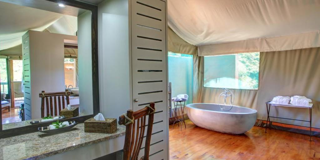 The lavish bathrooms have outdoor bush showers which ensure stunning views