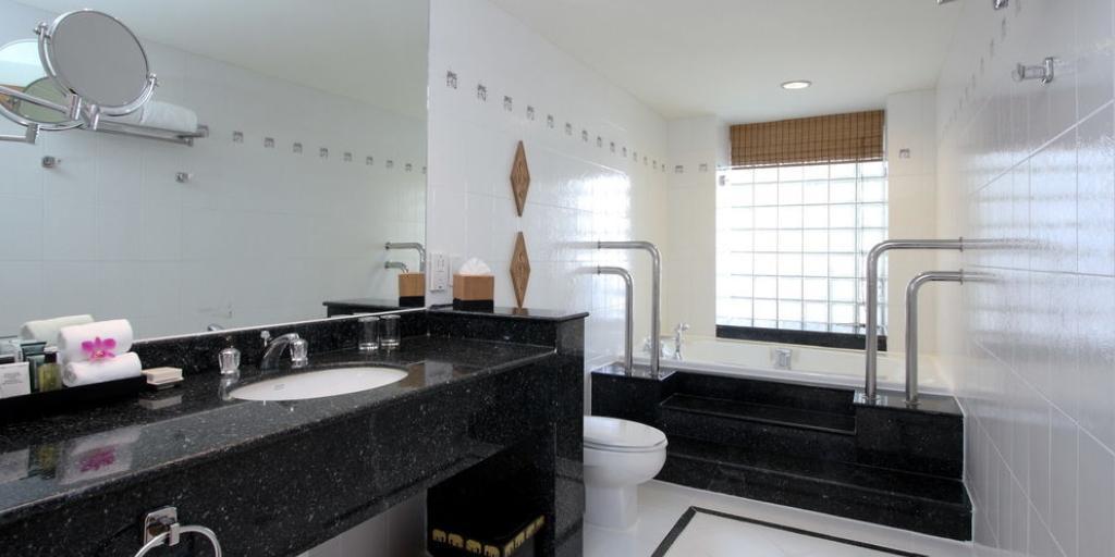 Bathroom: Hilton Hua Hin Resort & Spa